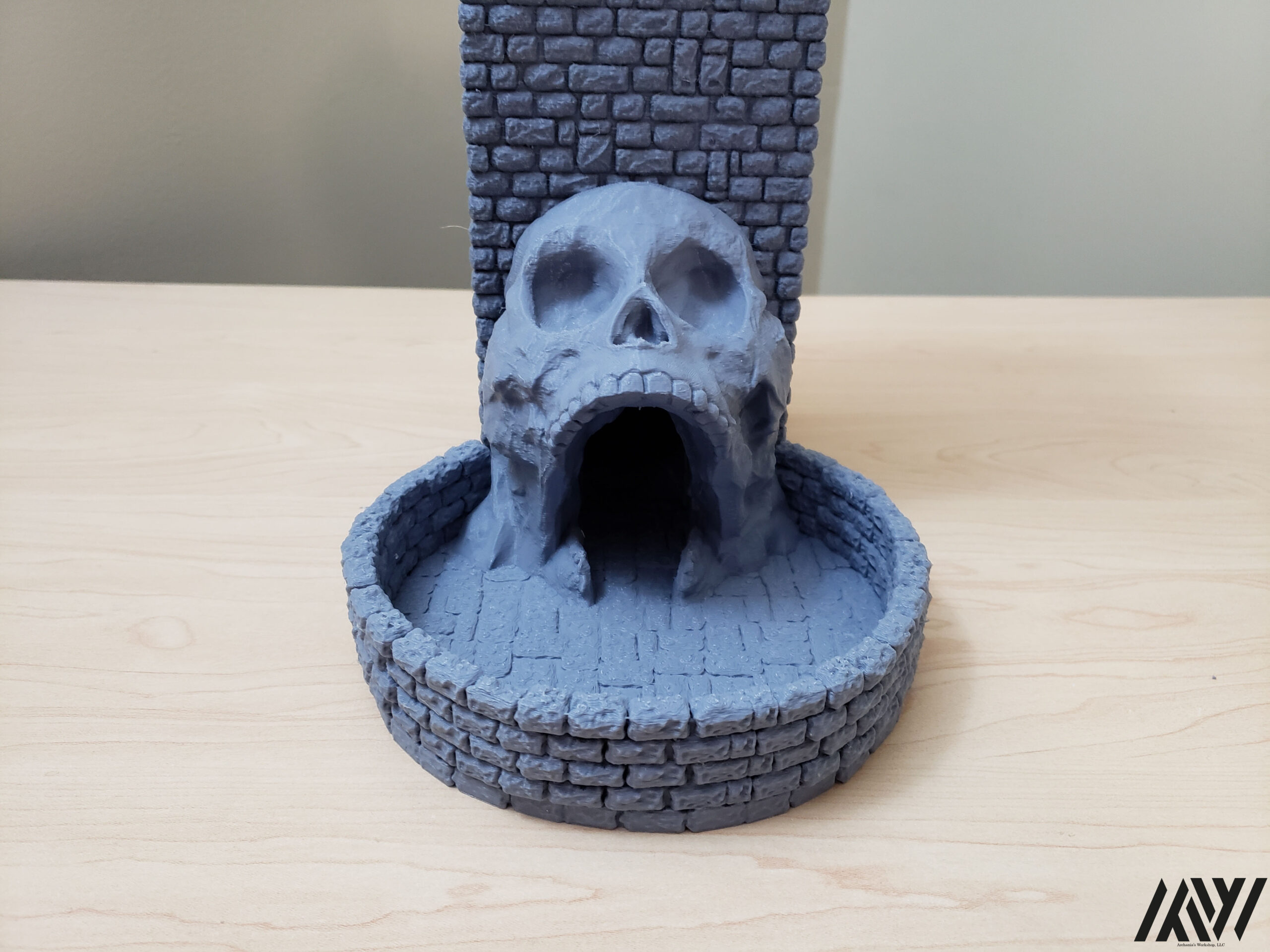 "Skull w/ integrated 6"" Dice Tray"